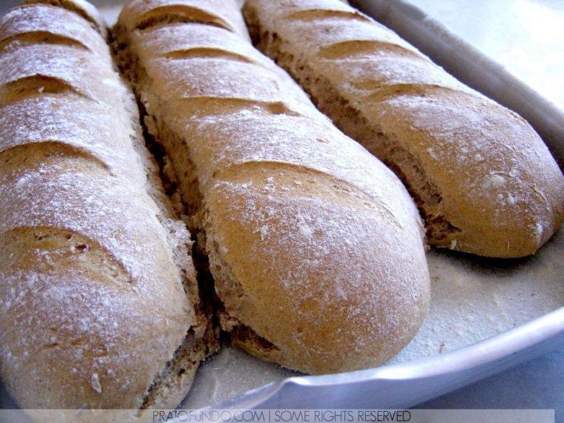 Três pães enfileirados dentro de uma assadeira