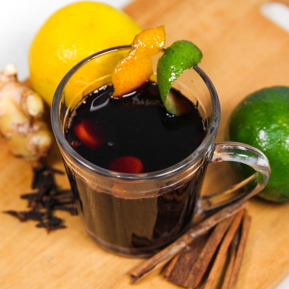 Xícara com quentão de vinho sobre uma tábua de madeira