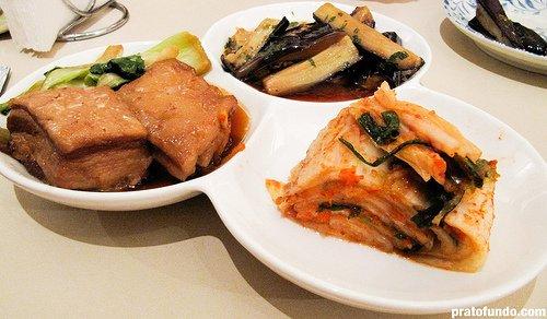 Bueno: trio de entradinhas (barriga, kimchi e berinjela)