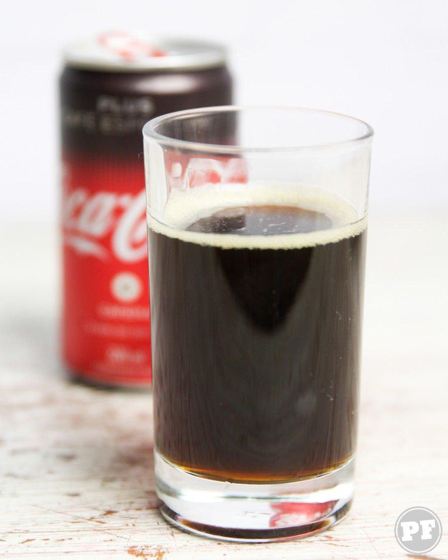 Coca-cola plus café dentro de um copo com a lata atrás