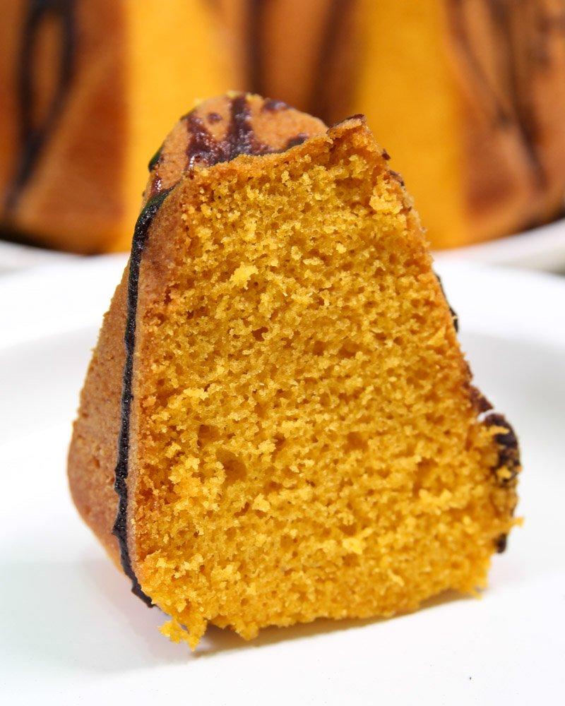 Fatia de bolo de cenoura feito com mistura de bolo da dona benta.