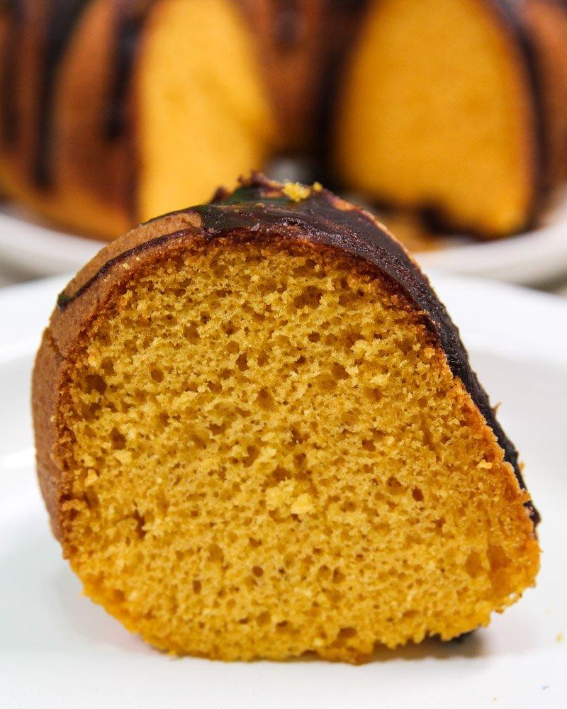 Fatia de bolo de cenoura feito com mistura de bolo da Fleischmann.