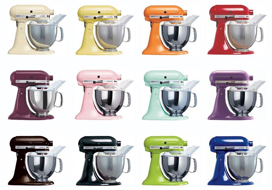 Foto com 12 batedeiras da KitchenAid em cores diferentes