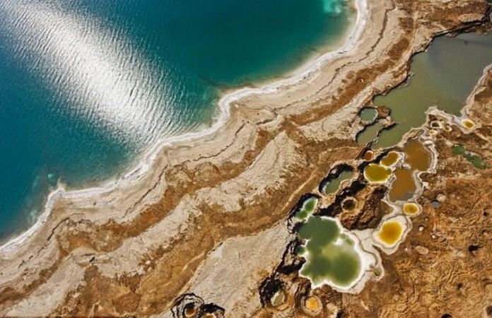 Poco a poco han aparecido extraños agujeros en el Mar Muerto en la parte de Israel que indican que se el mar se está contrayendo.