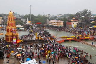 CROWDED RAMKUND AREA ON BANKS OF RIVER GODAVARI