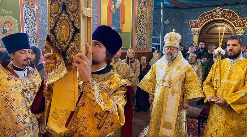 Владыка Митрофан совершил воскресное богослужение и заупокойную литию