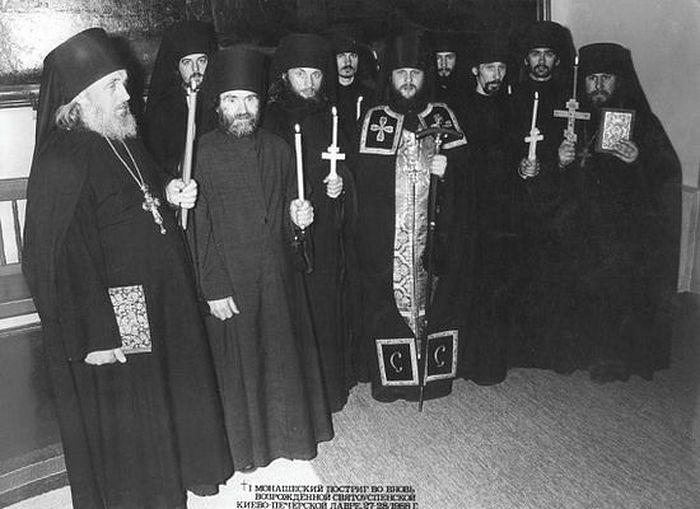 Постриг в Киево-Печерской Лавре в 1988 году после открытия. Игумен Исаия первый слева