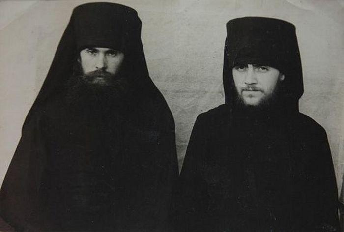Глинская пустынь. Иеродиакон Исаия (Коровай) справа. 1959 г.