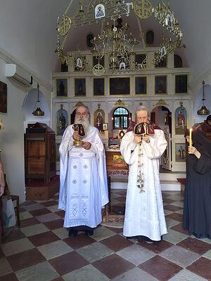 Служение литургии. Слева отец Момчило Глоговац, справа отец Димитрий Таланкин справа