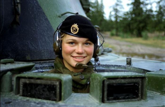 Какие военные работы есть для девушек максим артемов