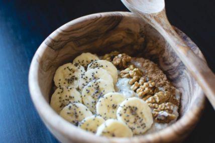 foodiesfeed.com_oatmeal-chia-banana-walnuts