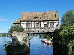 Le moulin sur un pont médiéval