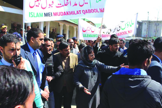 Mehbooba leads protest against JeI ban