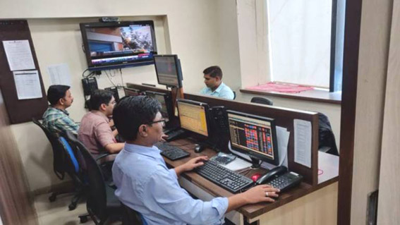 HDFC twins, banks lift Sensex 86 pts, Nifty over 11850 in volatile session