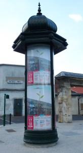 L'affiche de l'évènement sur une colonne Morris