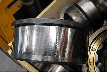 Figura 12. Fractura en caminos de rodadura de manera axial, provocado por golpes en el rodamiento al momento del montaje.