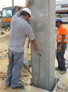 foto de jefe de equipo aplomando un pilar al montar un pilar prefabricado en cáliz