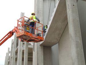 Foto de montaje de escalera prefabricada apoyandose en plataforma articulada