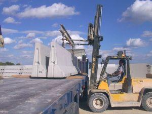 foto cargando barreras en camión