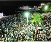 Luau de Verão leva uma multidão a Praia da Aldeia em noite especial
