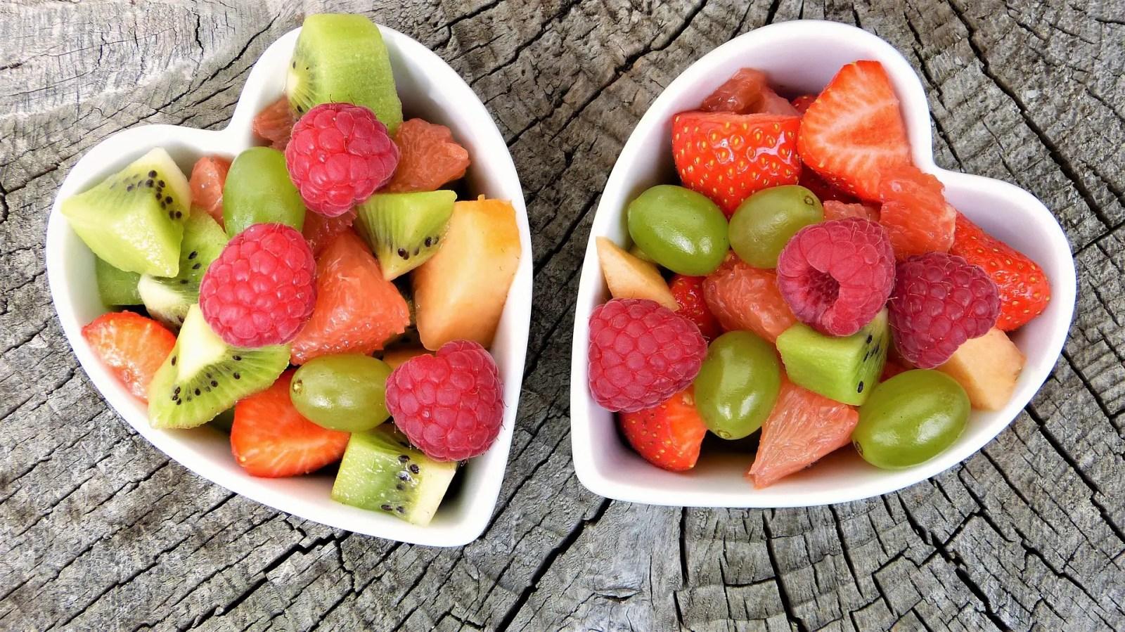 Frutas picadas en un plato