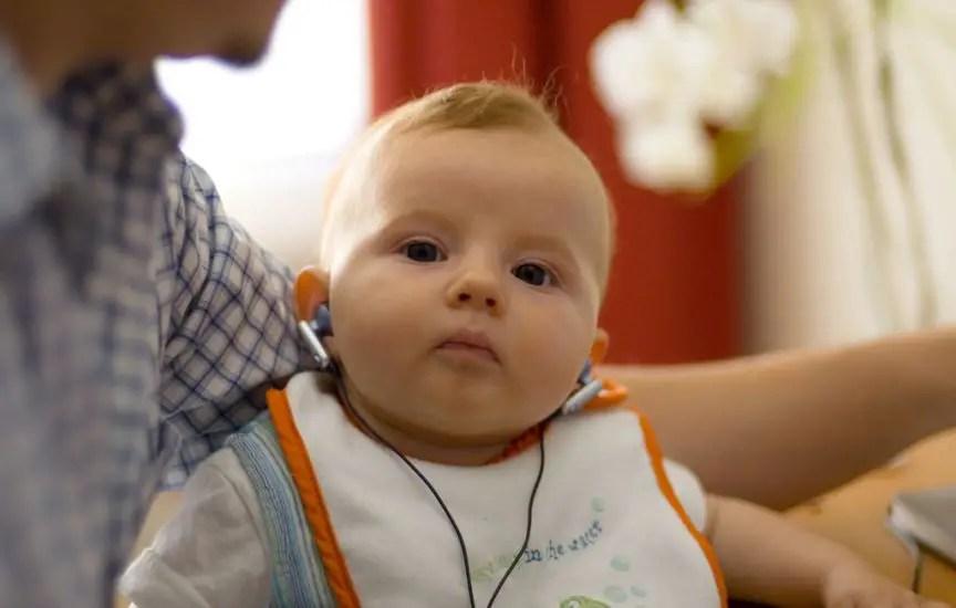 bebé con audifonos