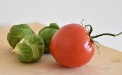 Coles de Bruselas con tomate