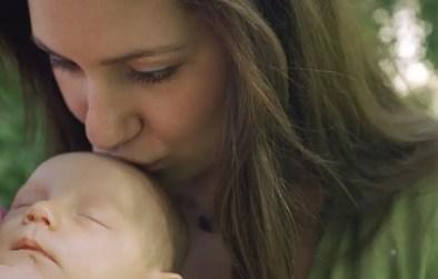 mamá besando a su bebé