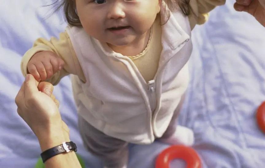 niña parada apego