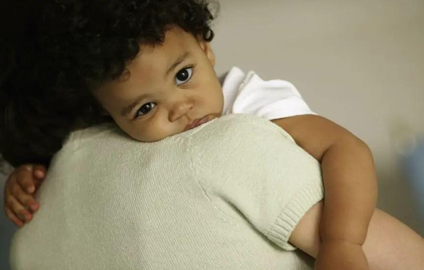 niño en brazos