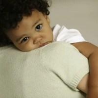 ¿Cómo puedo bajarle la fiebre a mi bebé (o niño)?
