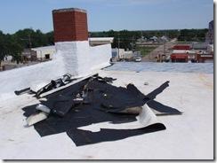 Hidroizolatie material PVC luata de suctiunea vantului