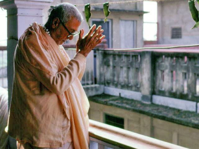 Srila-Sridhar-Maharaj-Offering-Pranam