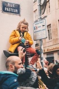 Enfant sur signalisation