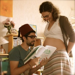 Papa racontant des histoire à bébé dans le ventre de maman