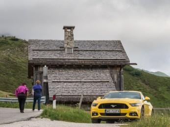 Mustang V8 vs Dolomity