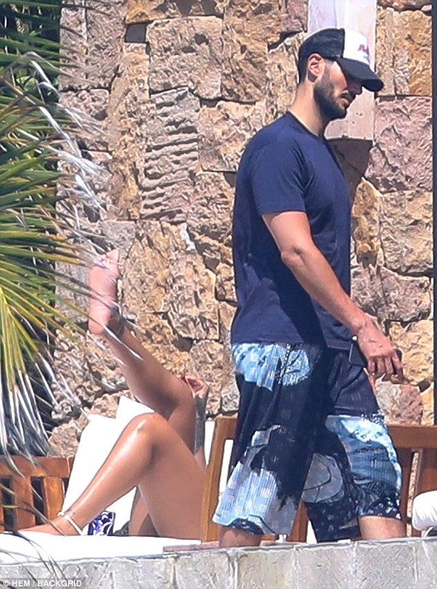 Rihanna pictured having a very tense exchange with ex-Billionaire boyfriend Hassan Jameel while vacationing in Mexico (Photos) 1