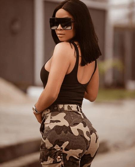 Toke Makinwa shows off her big butt in sexy camo shorts