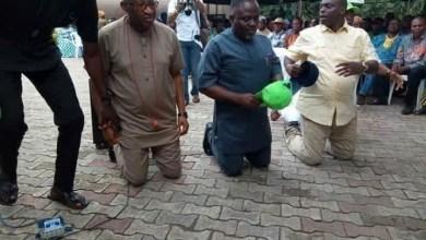 Trending photo of Patrick Obahiagbon kneeling to beg APC delegates in Edo state