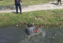 Bus driver fights dirty with conductor inside gutter in Lagos over payment (photos)