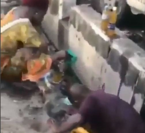 video of Lagosians scooping vegetable oil that spilled into a gutter