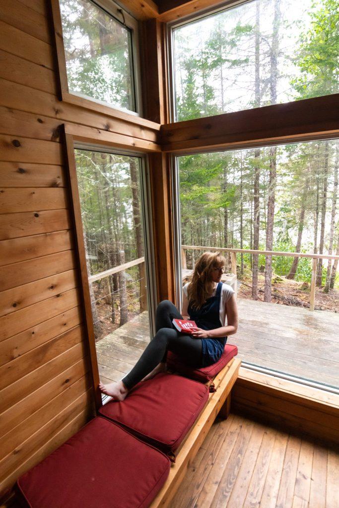 femme fenêtre lecture