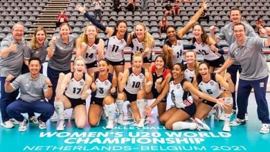 La representación de Estados Unidos celebra haber alcanzado el quinto lugar en el Campeonato Mundial Sub-20 en voleibol femenino.