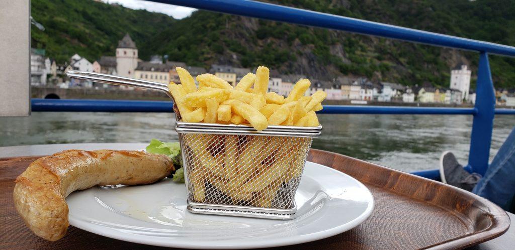 Bratwurst mit Pommes Frites