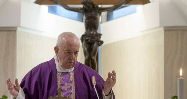 El Papa Francisco reza por los ancianos solos que sufren la pandemia del coronavirus