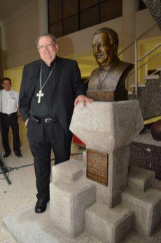 Don Renato, frente a su busto