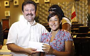 El alcalde de Carolina, José Aponte Dalmau, comparte con una de las agraciadas jóvenes. (Foto/Suministrada)