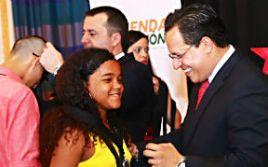El administrador de Vivienda Pública (AVP), Gabriel López Arrieta, condecora a jovencita.  (Foto/Suministrada)