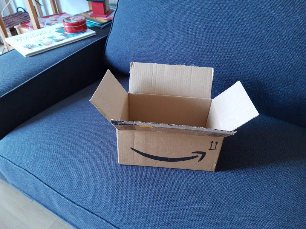 Caja de cartón abierta encima del sofá