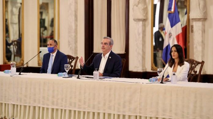 Presidente Abinader junto a autoridades INDOTEL